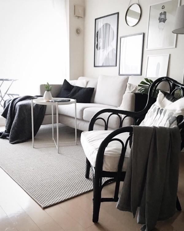 Chiếc ghế mây nệm trắng như tăng thêm nét thư giãn, đồng điệu về màu sắc cho không gian phòng khách.