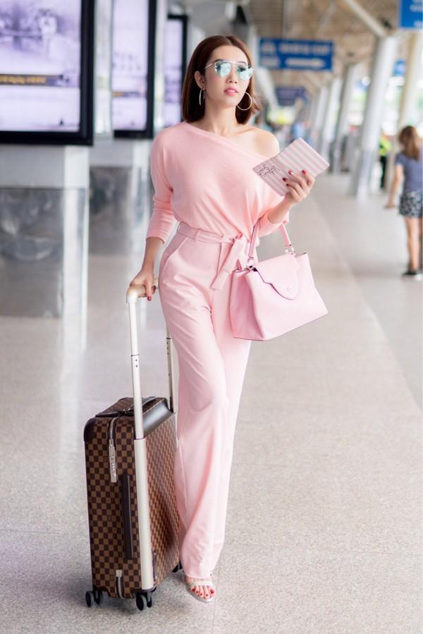 Khi xuống Đà Nẵng, cô thay ngay một bộ cánh gam hồng ngọt ngào và không quên đổi sang xách túi ton-sur-ton.
