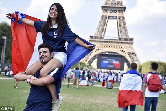 Hai cổ động viên Pháp cỗ vũ cho đội nhà từ Paris