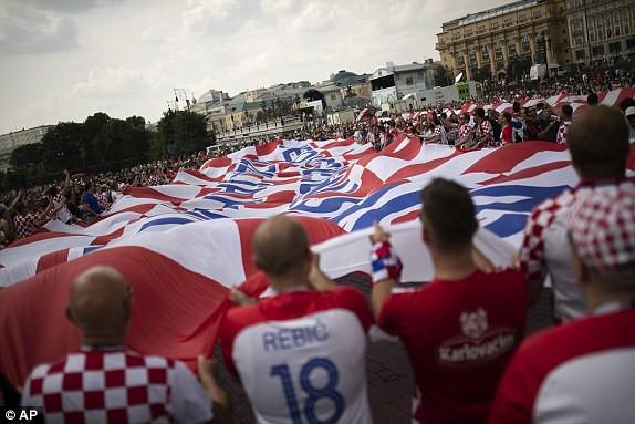 Chiếc cờ lớn mang biểu tượng của đất nước Croatia