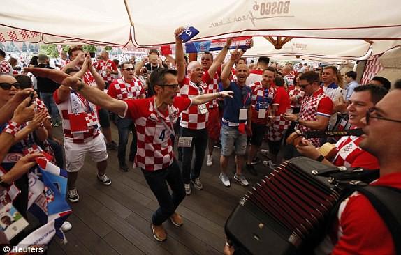 Cổ động viên Croatia ăn mừng nhảy múa ở quán bar
