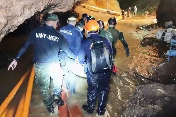 Mọi người đang thực hiện công việc khôi phục hang Tham Luang.