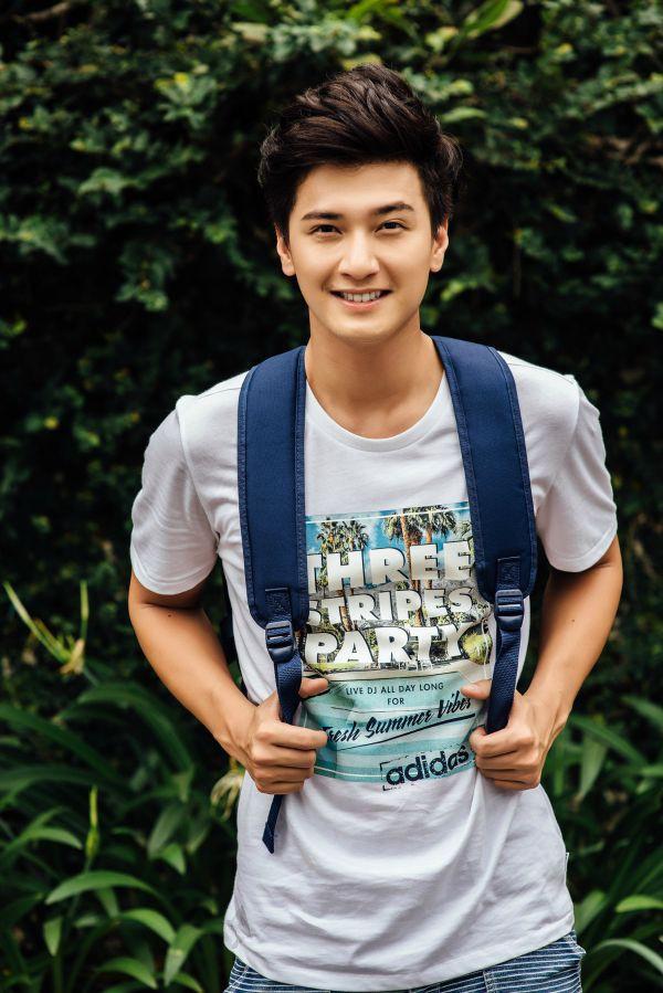 """Huỳnh Anh sinh năm 1989, hiện tại là một gương mặt diễn viên, người mẫu sáng giá trong làng giải trí. Anh đang sở hữu một gương mặt đẹp được so sánh với """"boy Hàn"""". Được biết, trước đó, khi Huỳnh Anh được 17 tuổi đã từng là vận động viên taekwondo giành được rất nhiều huy chương nhưng anh không thích được so sánh như thế."""