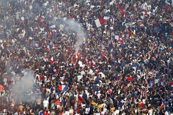 Niềm vui sướng đến nghẹn ngào sau 20 năm chờ đợi cúp vàng của người dân Pháp.