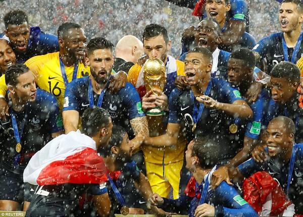 Các cầu thủ Pháp ăn mừng chiến thắng.