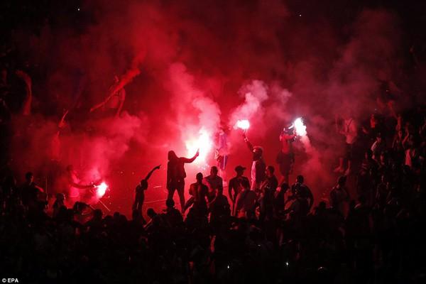 Người dân Paris đốt pháo sáng để ăn mừng. Vì sự hưng phấn của nhiều cổ động viên quá khích nên cảnh sát làm việc vô cùng mệt mỏi.