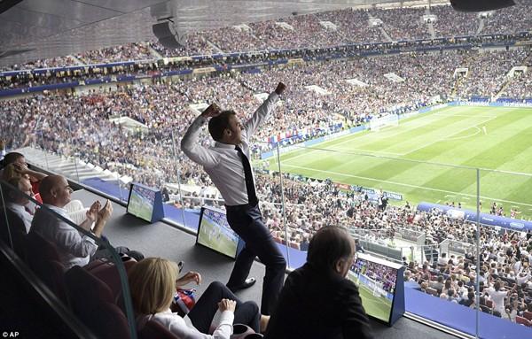 Tổng thống Pháp hưng phấn khi đội tuyển Pháp ghi bàn.