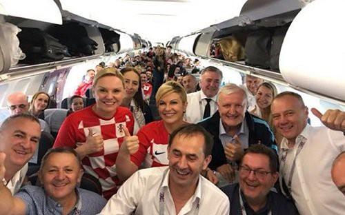 Bà Grabar-Kitarovic trên chuyến bay tới Nga. (Ảnh: Facebook)