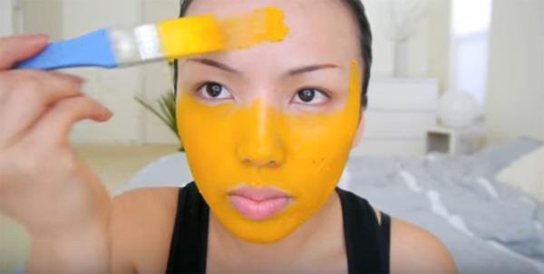 Dùng mặt nạ nghệ thường xuyên giúp bạn có da trắng bóng