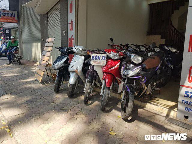 Rất nhiều cửa hàng cầm đồ trên phố Láng (Đống Đa), Trương Định, Định Công (Hai Bà Trưng) đang thanh lý rất nhiều mẫu xe tay ga với giá rất hời.