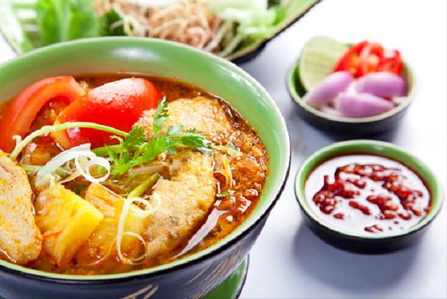 Bún chả cá: Bún chả cá là món ăn đặc trưng của nhiều tỉnh duyên hải miền Trung. Tuy nhiên, mỗi nơi bún chả cá sẽ mang một phong vị khác nhau và bún chả cá Quy Nhơn cũng không phải ngoại lệ. Ảnh: Vntrip.