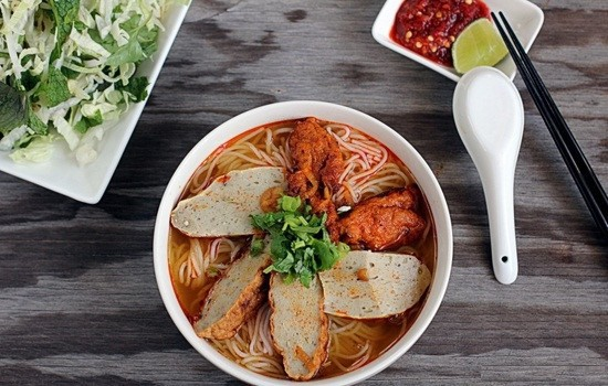 Bên cạnh bún chả cá, bánh canh chả cá cũng là món ăn nổi tiếng tại thành phố Quy Nhơn. Các quán bún/bánh canh chả cá có thể được tìm thấy nhiều trên đường Nguyễn Huệ, nổi tiếng phải kể đến bún chả cá Phượng Tèo, Ngọc Liên, Thu, Quê Hương với mức giá dao động từ 20.000-30.000 đồng. Ảnh: VOV5.