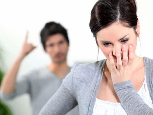 Cho đến giờ, người vợ vẫn ám ảnh về quá khứ dày dặn tình trường của chồng. Ảnh minh họa