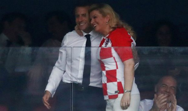 Bà Kitarovic vui vẻ ôm vai bá cổ người đồng cấp của mình.