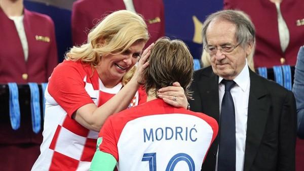 Không chỉ có những cứ chỉ thân mật với người đồng cấp, bà Kolinda Grabar-Kitarovic còn dành tình cảm an ủi động viên cho các cầu thủ của đội tuyển nước nhà.