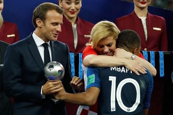 Nữ Tổng thống cũng vui vẻ trao cái ôm chúc mừng đến cầu thủ xuất sắc của Pháp, Mbappe.