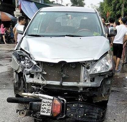 Nam thanh niên tử vong tại chỗ sau cú va chạm với ô tô. Ảnh: NN
