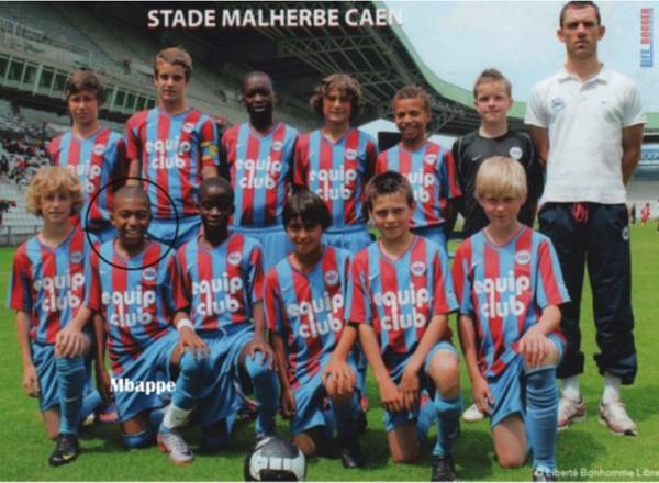 Mbappe vẫn giữ được nét hồn nhiên trong đội tuyển nhí.