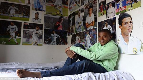 Một góc phòng ngủ treo toàn ảnh thần tượng của Mbappe.
