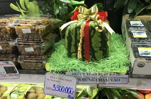 Dưa hấu vuông Nhật Bản đang được bày bán tại một cửa hàng ở quận 1, TP HCM với giá 3,9 triệu đồng/quả - Ảnh: Hoàng Anh.