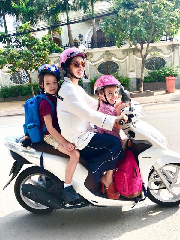 Hồng Nhung đưa con đi học bằng xe máy.