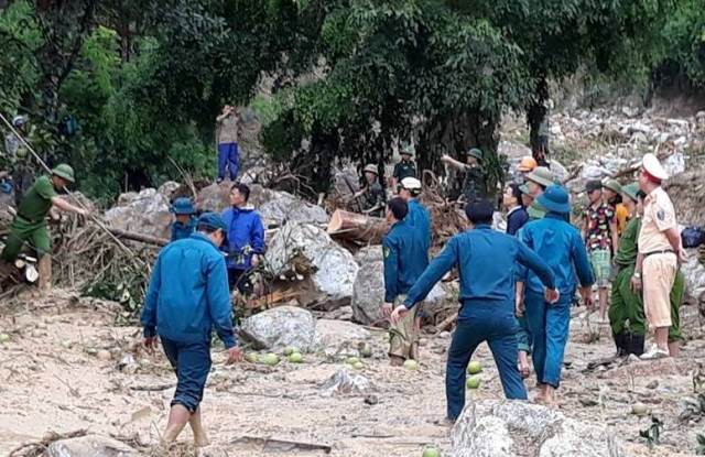 Huyện Lang Chánh huy động trên 300 người tìm kiếm, cứu hộ các nạn nhân bị lũ cuốn trôi