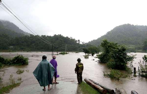 Nước lụt chia cắt bản Mường Đán, Hủa Mương, Pỏm Om, xã Hạnh Dịch, huyện Quế Phong. Ảnh:Minh Tuân.