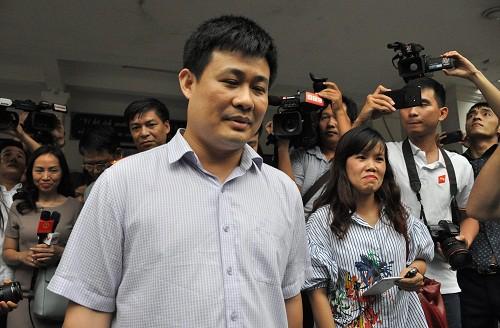 Ông Sái Công Hồng rời Sở Giáo dục và Đào tạo Lạng Sơn trong vòng vây của báo chí. Ảnh: Viết Tuân