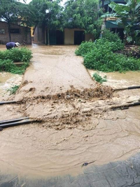 Mực nước trên sông Hồng lên cao đã làm ngập úng nhiều điểm trên tuyến đường sắt Yên Bái – Lào Cai đi dọc theo dòng sông.