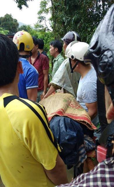 Người dân tìm thấy thi thể nạn nhân do lũ quét.