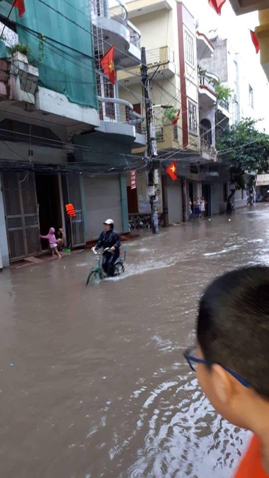 Người dân ngao ngán nhìn nước dâng cao mỗi lúc