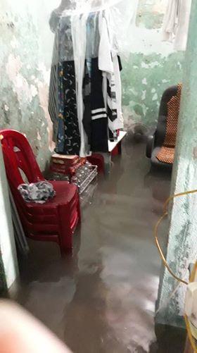 Nhà dân bị nước tấn công, ngập lụt ở phường Thành Tô, quận Hải An