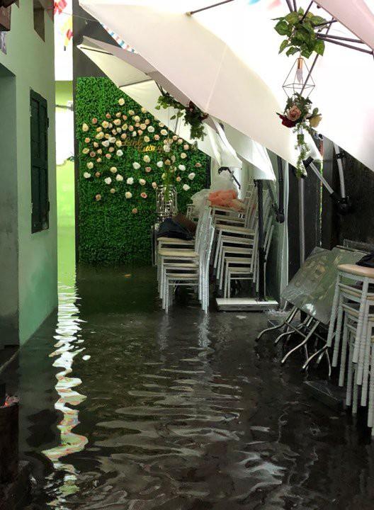 Nước ngập lụt vào trong nhà cô dâu, làm hỏng cả hội trường được chuẩn bị tươm tất từ hôm trước. Ảnh: Nhân vật cung cấp.