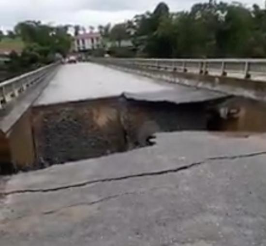 Cầu Minh Đài sau khi bị sụt lún tạo thành khoảng hố sâu khoảng 10m.