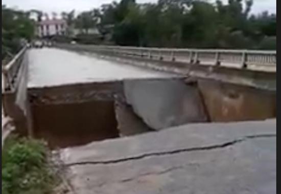 Hình ảnh cầu Minh Đài bị sụt lún.