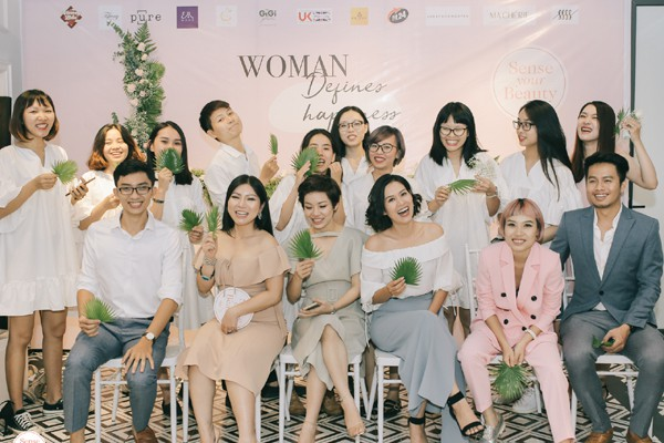Xuất hiện từ rất sớm nhưng diễn viên Hà Hương vẫn ở lại cùng ê-kíp chương trình. Hà Hương rất thích thú khi tham dự sự kiện này.