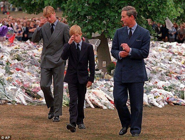 Hoàng tử Harry và Hoàng tử William đau buồn trong đám tang của mẹ.