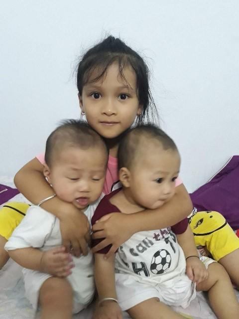 Chị gái Ánh Nguyệt vui đùa cùng hai em song sinh.