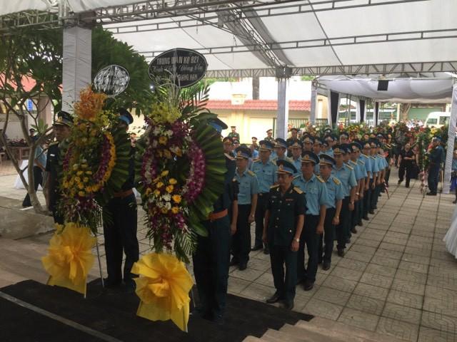 Trung đoàn không quân 921 vào viếng Thượng tá Khuất Mạnh Trí và Đại tá phi công Phạm Giang Nam. Ảnh: Vũ Đồng