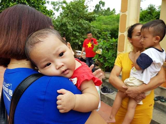 Mới 7 tháng tuổi nhưng bé Bùi Gia Linh rất ngoan và chịu khó ăn uống.