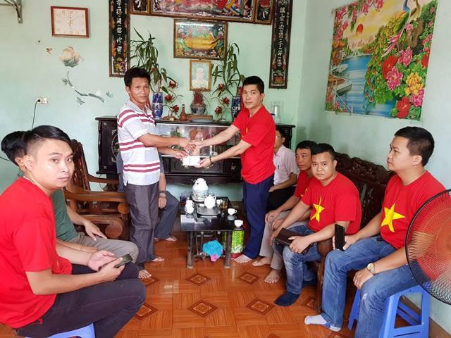 Rất đông thành viên của Hội ngành cửa Vĩnh Phúc đã về thăm và trao quà ủng hộ đến gia đình ông Giang.