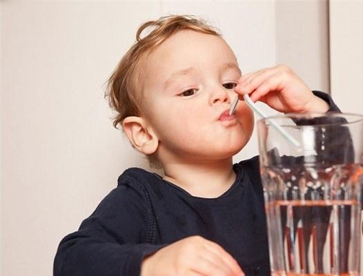 Cần bổ sung đầy đủ nước cho trẻ để hạn chế hình thành sỏi. Ảnh minh họa