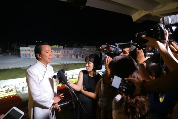 Ông Phạm Sanh Châu trả lời báo chí sau khi chương trình kết thúc.