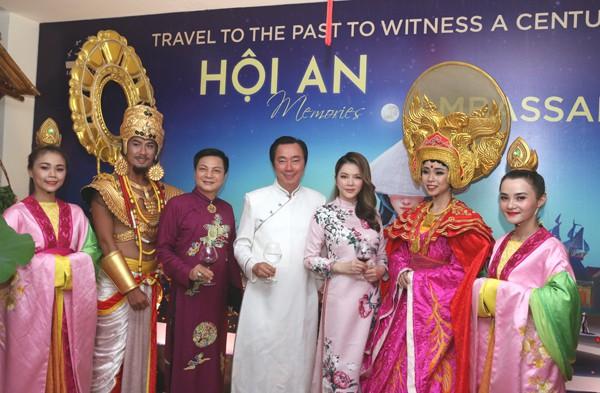 Ông Phạm Sang Châu chụp ảnh cùng khách mời và các nghệ sĩ tham gia chương trình.