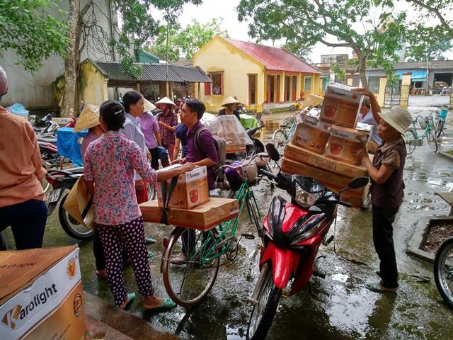 Người dân bức xúc mang hàng lên vây trụ sở xã, yêu cầu chính quyền tìm người của công ty để trả hàng