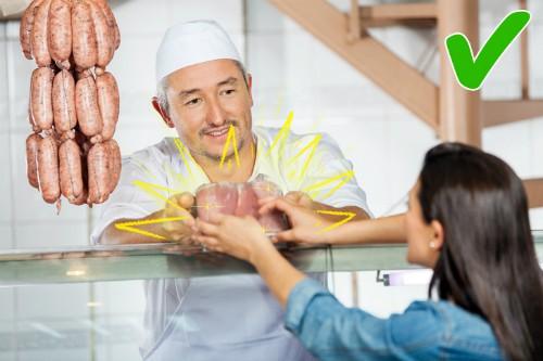Là người nội trợ thông minh, hãy kết giao với người bán thịt bạn thấy bán hàng có tâm nhất. Nhờ đó bạn có thể mua được đồ ngon.