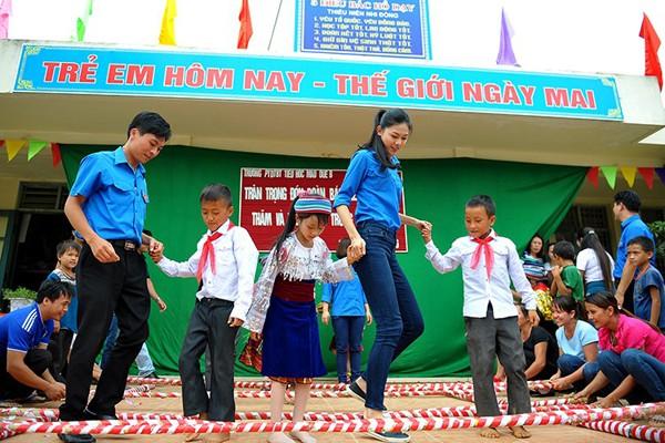 Ngoài đi làm, đi học, Ngô Thanh Thanh Tú còn thích tham gia các hoạt động từ thiện.