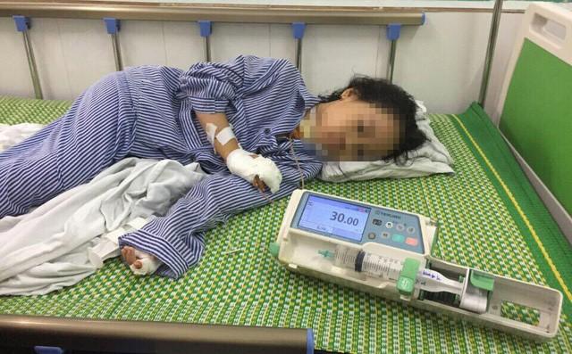 Cháu Trịnh Hồng L. bị thương ở cổ và hai cánh tay.