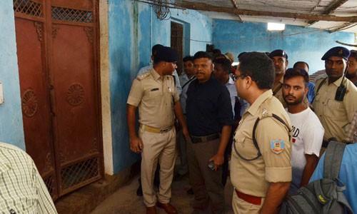 Cảnh sát Ấn Độ tại hiện trường ngôi nhà nơi 7 thành viên gia đình treo cổ tự tử hôm 30/7.
