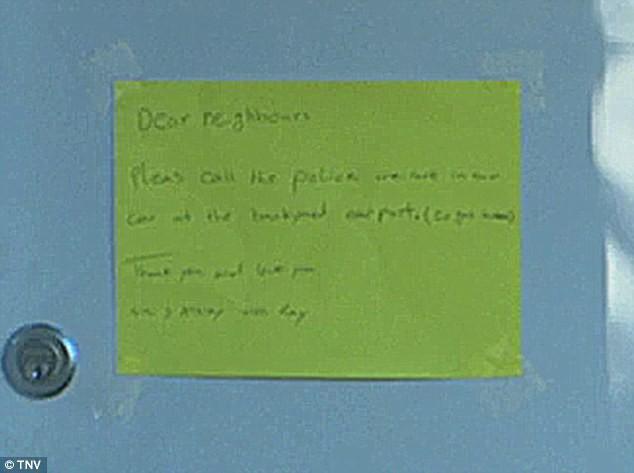 Tờ giấy nhắn để lại trên cửa nhà các nạn nhân.